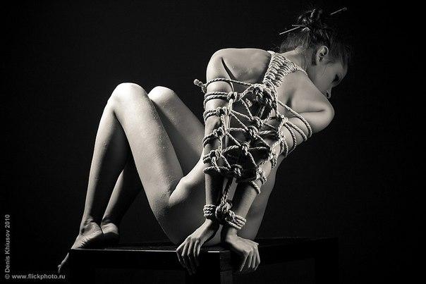 фотогалереи девушек связанных веревкамм
